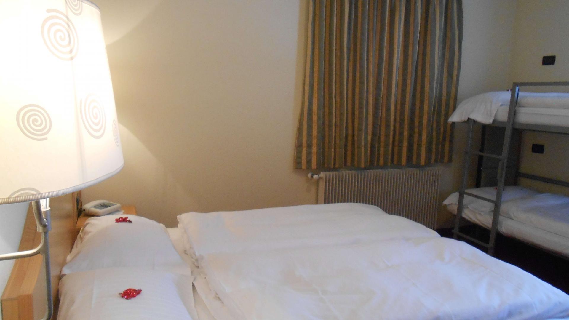 Letto matrimoniale in camera tripla presso hotel del Bosco a Livigno