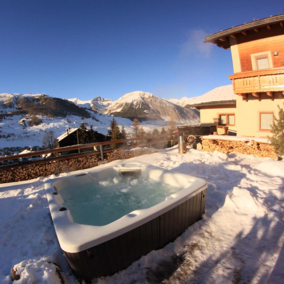 Vasca idromassaggio riscaldata all'esterno a Livigno